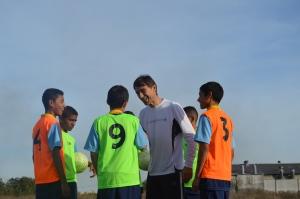Gustavo y los protagonistas de Football Dream.