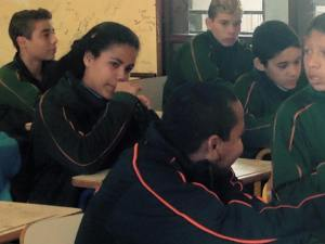 "Amanda, protagonista de ""Voices in the Dark"", junto a estudiantes de Liceo Impulso y Liceo 73."